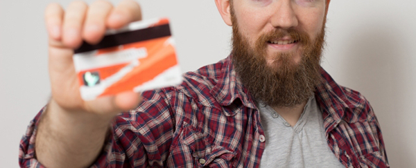 クレジットカードを持つ外国人男性